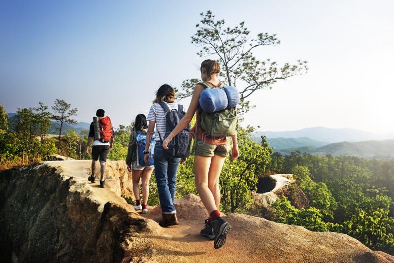 野营的背包徒步旅行者远足旅途旅行艰苦跋涉概念 免版税库存照片