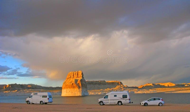 野营的-孤立岩石海滩-湖鲍威尔,亚利桑那 图库摄影