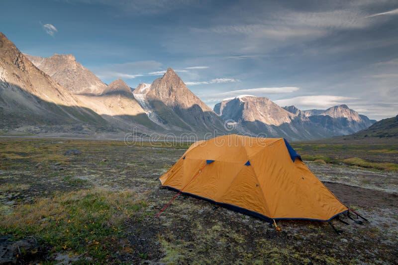 野营1在途中对Mt托尔,努纳武特,加拿大 库存照片