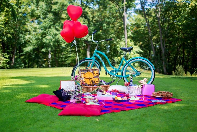 野餐桌和装饰在bachelorette在自然集会 免版税库存图片