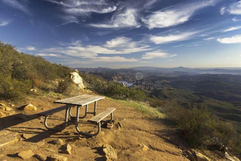 野餐桌和风景圣地亚哥县风景从铁山在Poway 免版税库存图片