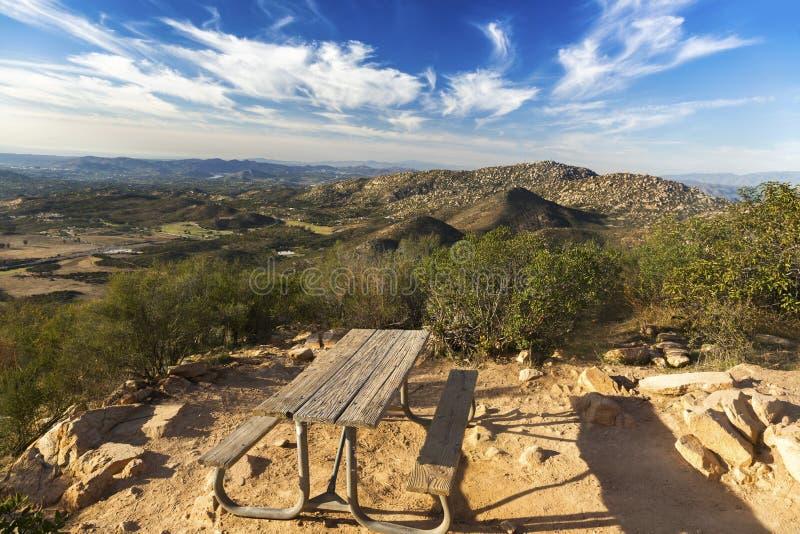 野餐桌和风景圣地亚哥县风景从铁山在Poway 库存图片