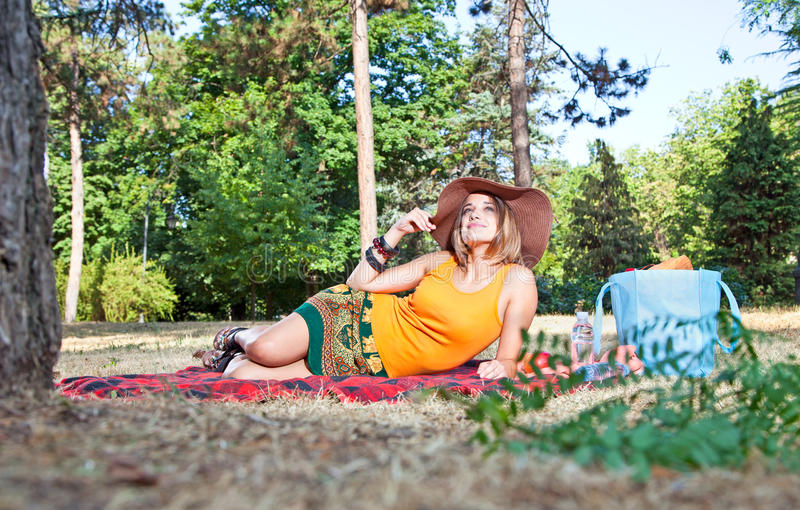 野餐的美丽的白种人妇女在森林里 免版税库存照片