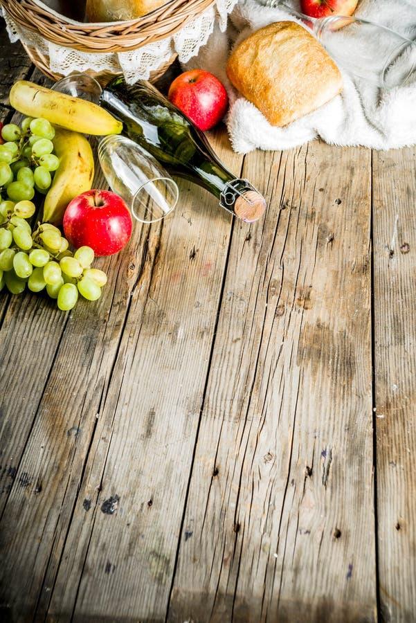 野餐篮子用果子面包和酒 库存照片
