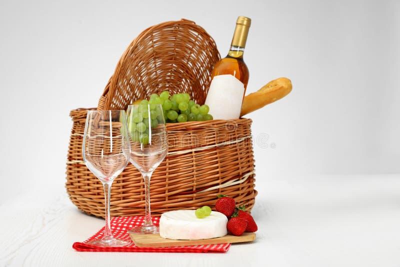 野餐篮子用酒、玻璃和产品 库存照片