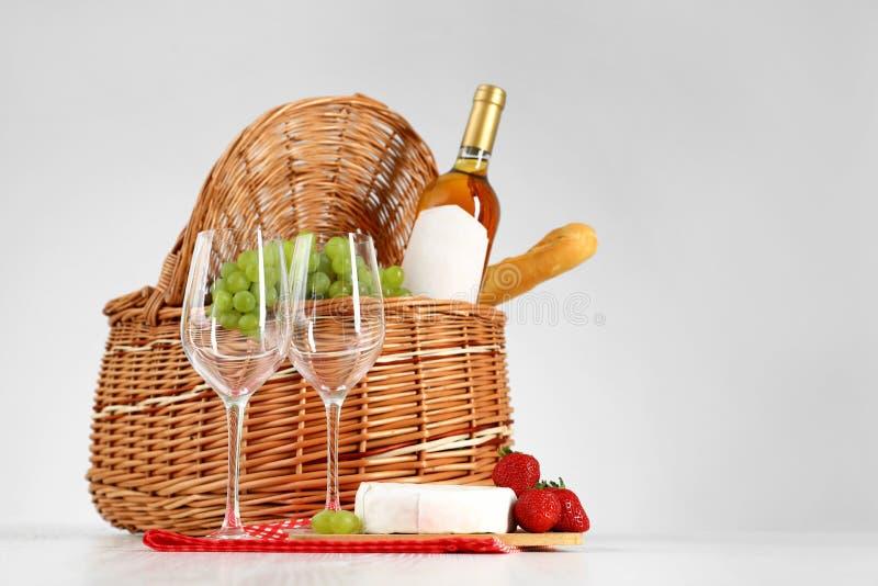野餐篮子用酒、玻璃和产品 图库摄影