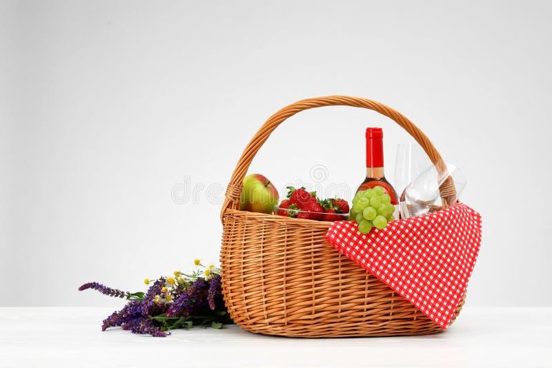 野餐篮子用酒、玻璃和产品 库存图片