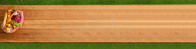 野餐篮子顶视图用酒和葡萄室外木的表面上 r 免版税库存图片
