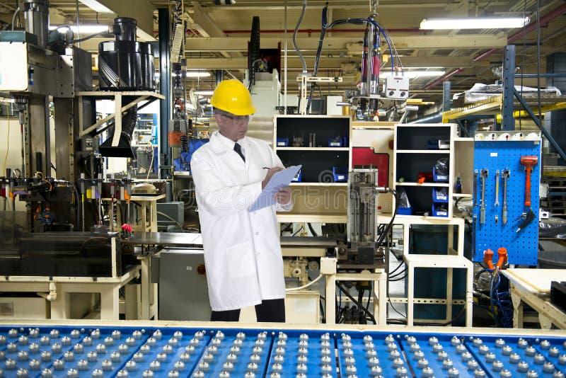 质量管理工程师技术在工业工厂 免版税库存照片