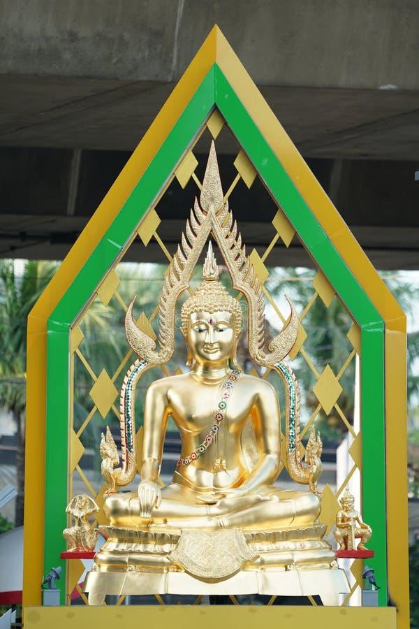 金与人工制品后边绿色气氛的菩萨雕象 库存图片