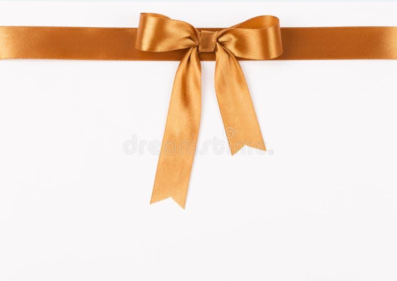金与弓的缎丝带 免版税库存图片