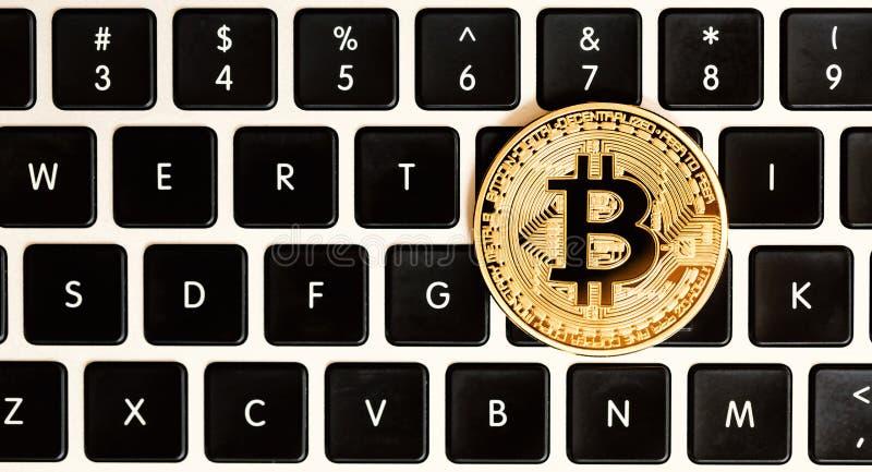 金与latop的bitcoin cryptocurrency 免版税图库摄影