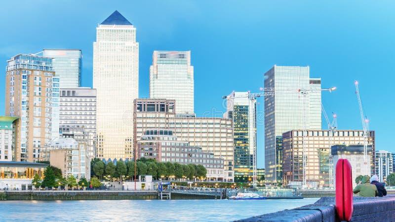 金丝雀码头与泰晤士河反射的夜地平线,伦敦 库存照片