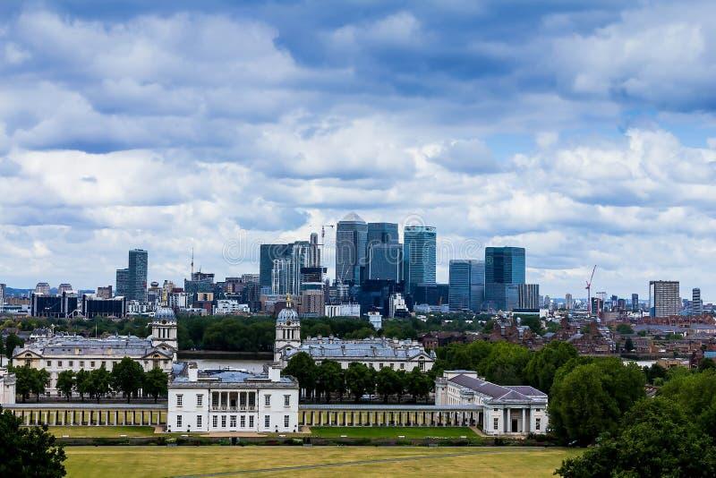 金丝雀码头和国家海洋博物馆展出,从格林威治公园-伦敦,英国的射击摩天大楼的地平线视图  库存照片