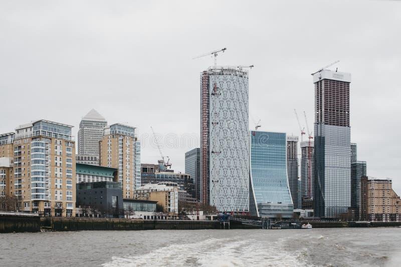 金丝雀码头摩天大楼看法从泰晤士河,伦敦,英国的 免版税库存图片
