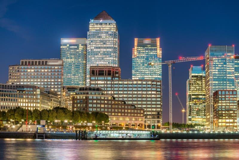 金丝雀码头,伦敦日落地平线反射 免版税库存图片