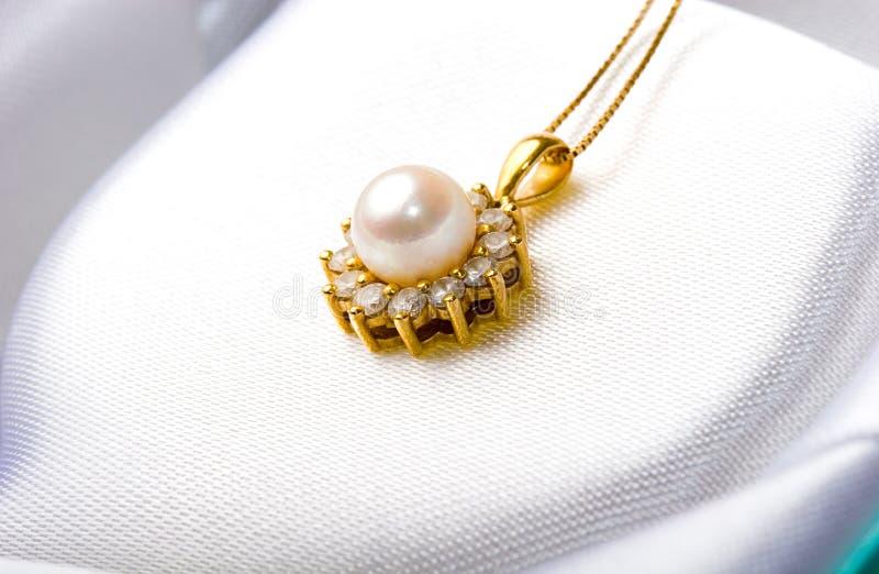 金刚石典雅的礼品金珠宝珍珠垂饰 免版税库存图片