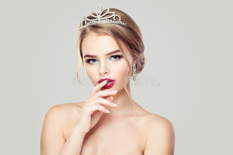 金刚石冠的逗人喜爱的妇女 图库摄影