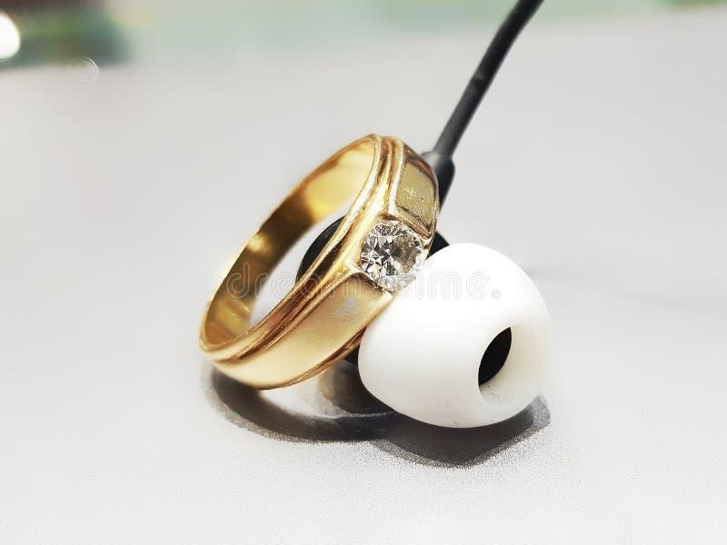 金刚石单粒宝石带圆环 免版税库存照片