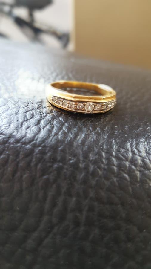 金刚石和金戒指您亲人的您能礼物 库存照片