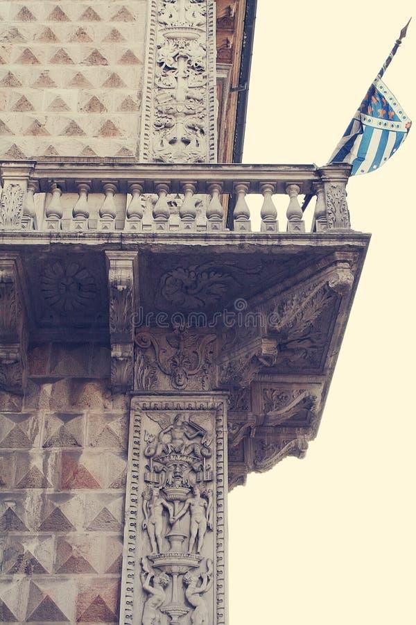 金刚石宫殿 结构上大厦详细资料屋顶 免版税库存图片