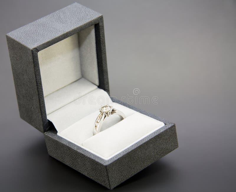 金刚石订婚金戒指白色 库存照片