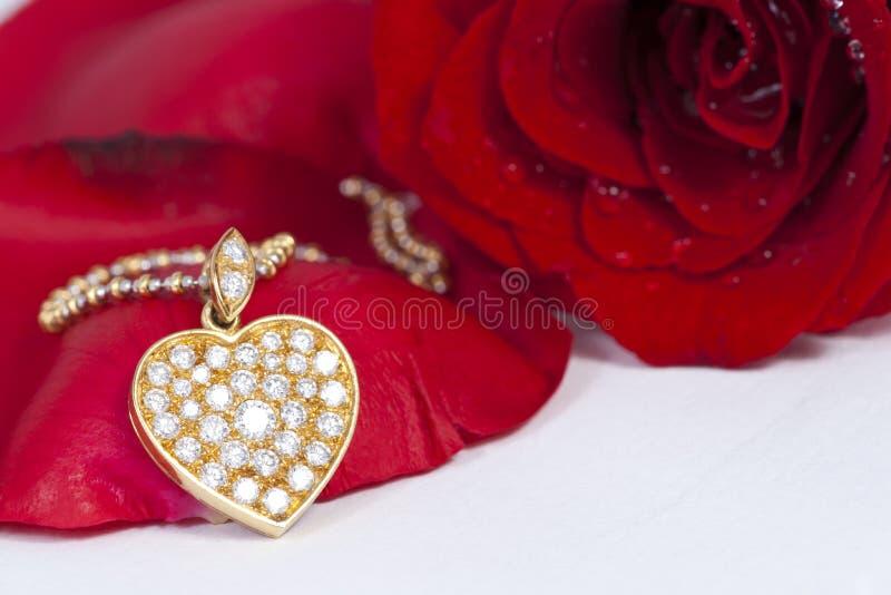 金刚石重点下垂红色玫瑰色形状 免版税库存图片