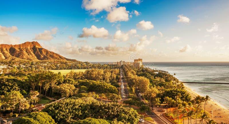金刚石头和女王/王后的海浪在檀香山,夏威夷靠岸 免版税库存照片