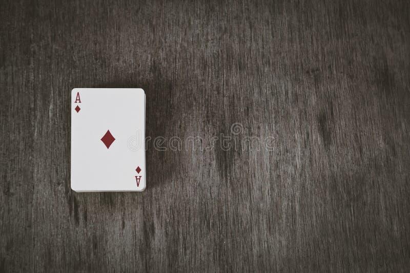 金刚钻石 在木背景的纸牌 风险和赌博的背景,抽象 美丽的夫妇跳舞射击工作室妇女年轻人 图库摄影
