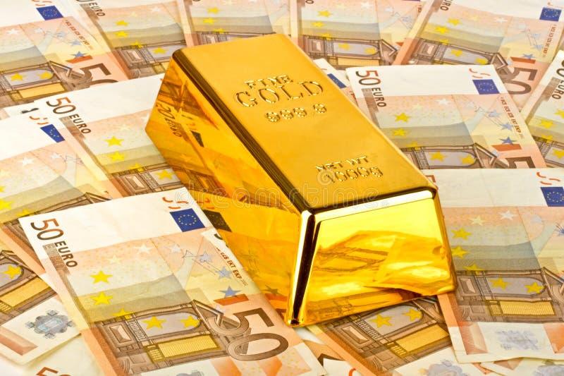 金制马上的齿龈和欧洲货币 免版税库存照片