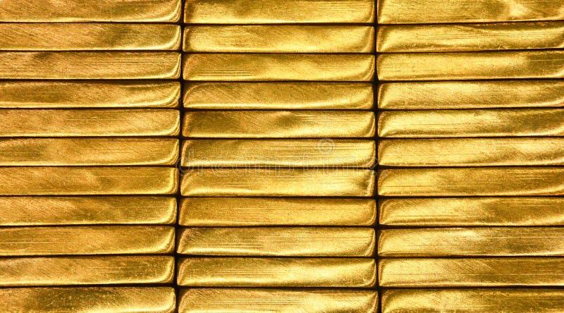 金发光的黄铜棒纹理背景 库存图片