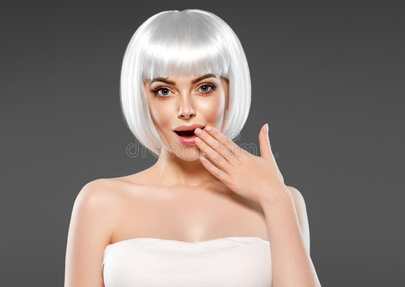 金发妇女秀丽面孔惊奇的哇开放嘴用手 库存照片