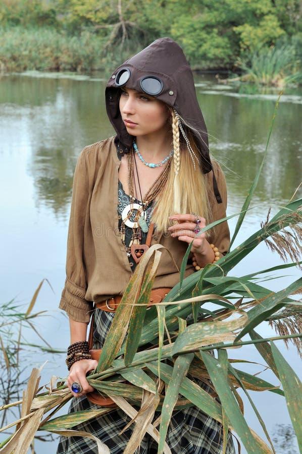 金发碧眼的女人在她的手上的拿着芦苇 库存照片
