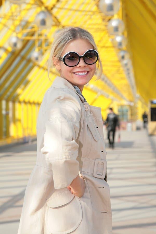 金发碧眼的女人微笑新的太阳镜 库存照片