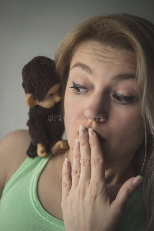 金发碧眼的女人惊奇 免版税库存图片