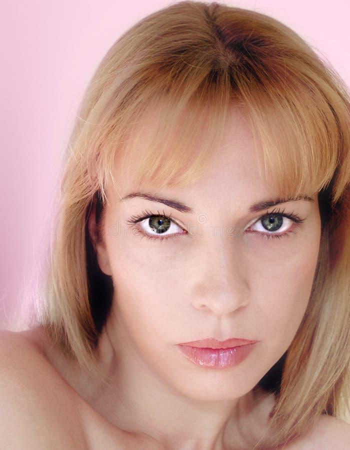 金发碧眼的女人注视绿色妇女 免版税库存照片