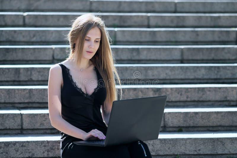 金发碧眼的女人由什么困窘她在膝上型计算机看见了 免版税库存图片