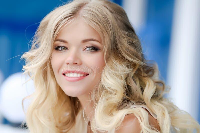 金发碧眼的女人画象有一颗别致的微笑和白色牙的 库存照片