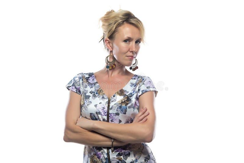 金发碧眼的女人的图象有横渡的胳膊的 免版税库存图片