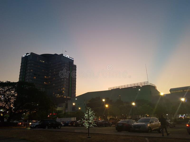 金合欢旅馆和桃红色蓝色天空,阿拉邦,文珍俞巴市 免版税库存图片