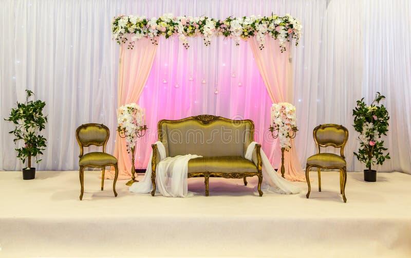 金和桃红色主题的印地安婚礼阶段 免版税图库摄影