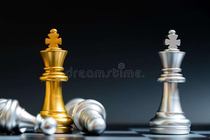 金和银国王在棋枰的棋子面孔 免版税库存照片