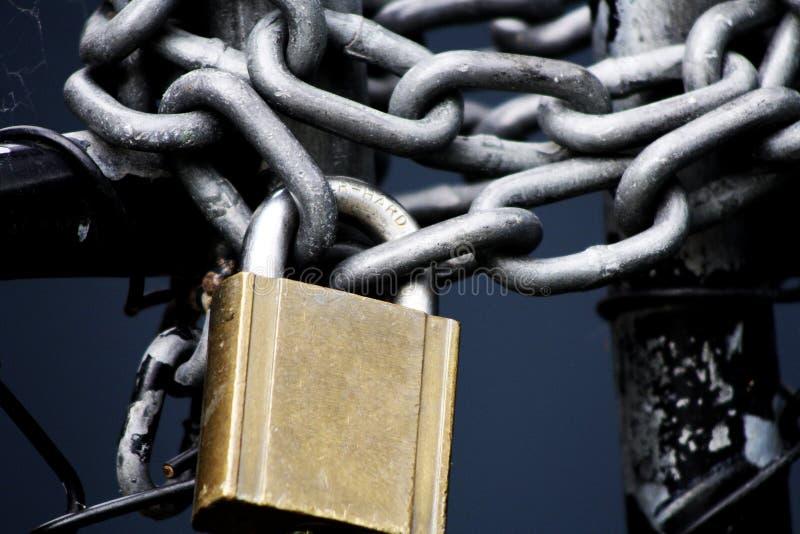 金和银挂锁和银灰色链子 库存图片