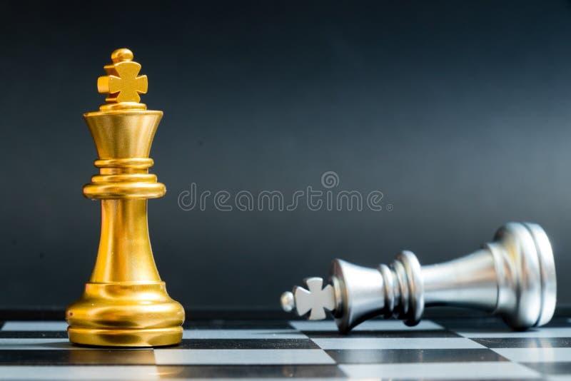 金国王在说谎的棋子胜利下来银色队 图库摄影