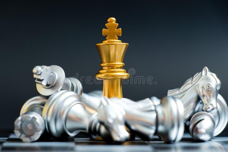 金国王在说谎的棋子胜利下来银色队 免版税库存照片