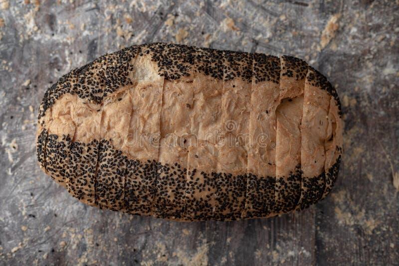 金在木桌上的玉米面面包大面包 免版税库存照片