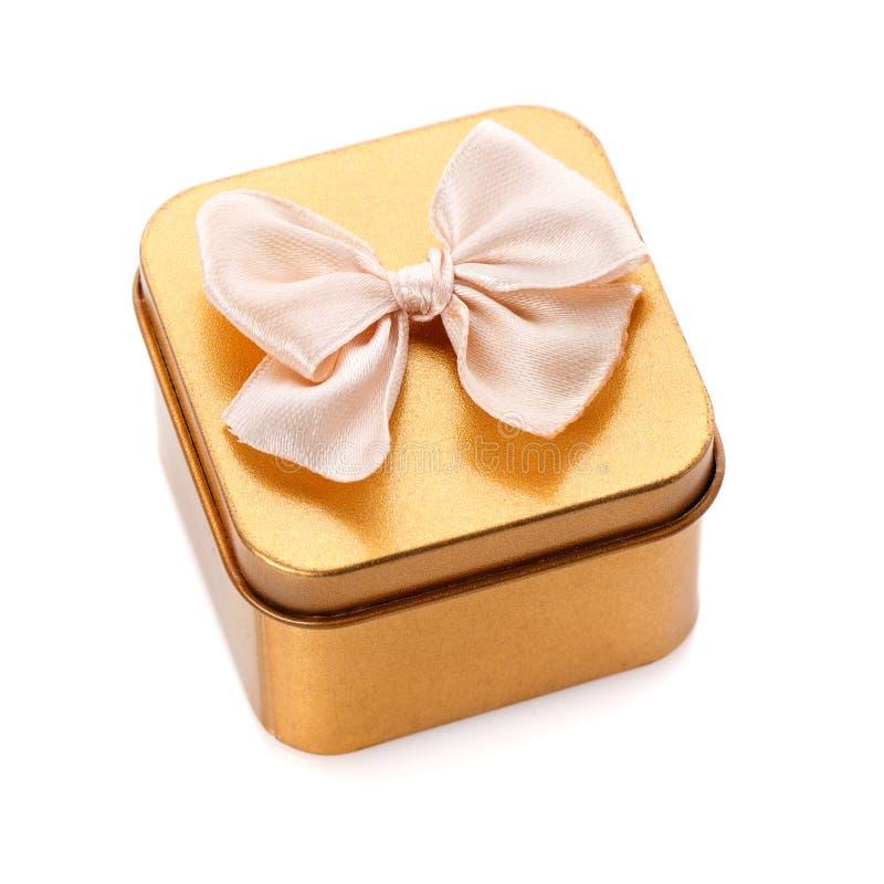 金在白色隔绝的礼物盒 经典礼物 免版税库存图片