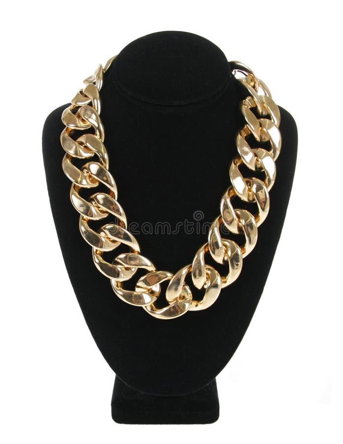 金在白色隔绝的天鹅绒立场,时尚首饰的项链链子 免版税库存图片