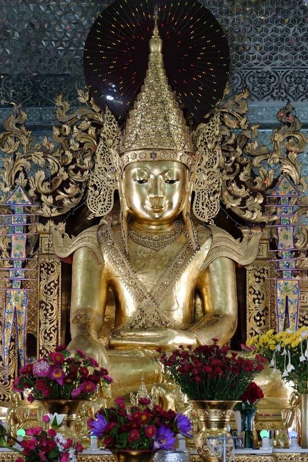金在Sanda市政佛教寺庙的菩萨雕象 免版税库存照片