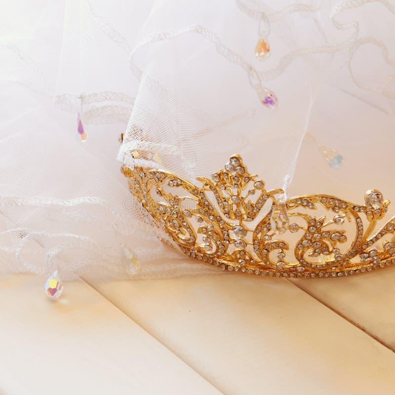 金在toilette桌上的金刚石冠状头饰梦想的照片  免版税库存照片